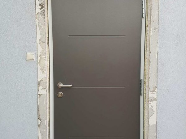 Montaż drzwi Thermoplus 65, w kolorze Titan Metallic wzór 515 z klamką