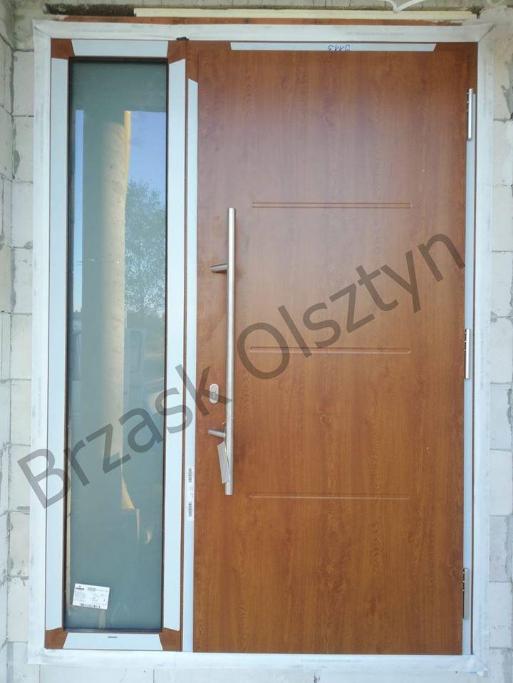 drzwi zewnętrznych wzór:515 w kolorze złoty dąb oraz naświetlaniem bocznym.