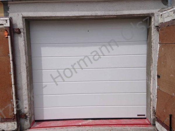 Brama segmentowa firmy Hormann o przetłoczeniu M i kolorze białym