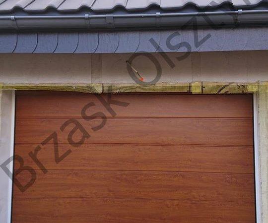 Brama segmentowa firmy Hormann z przetłoczeniem M okleina w kolorze mahoniowym