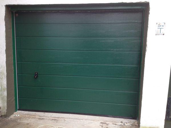Brama garażowa firmy hormann w kolorze zielonym