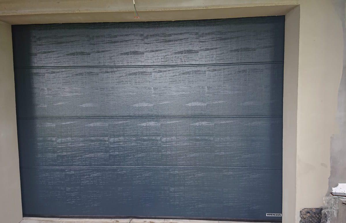 Brama segmentowa o przetłoczeniu L i kolorze antracytowym
