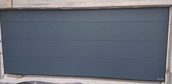 Brama segmentowa firmy Hormann, przetłoczenie L, kolor. antracytowy