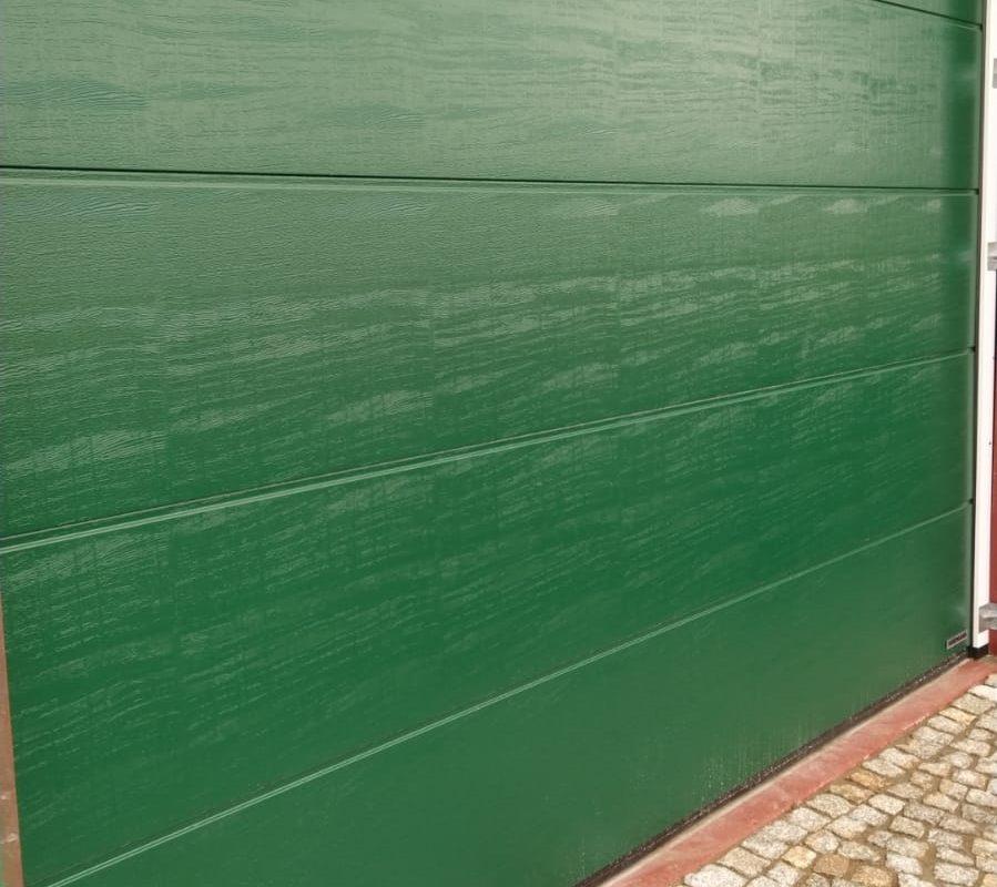 Brama segmentowa o przetłoczeniu L, kolor. zielony