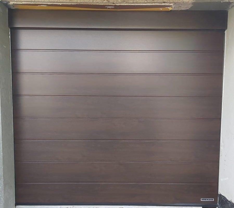 brama segmentowa o przetłoczeniu M, Decograin night oak